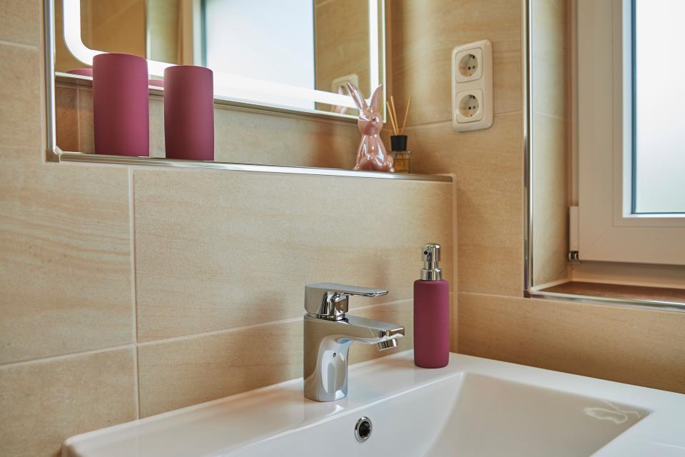 Keramik, warme Farben, schöne Fliesen auch im ganzen Bad.