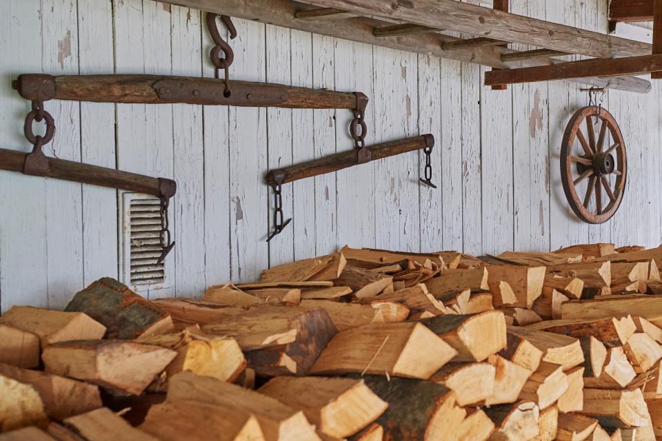 Unser Holzvorrat für den kommenden Winter - wir haben einen schönen Kaminofen im Wohnhaus - und die alten Bauerngerätschaften sind schöne Deko am Freisitz.