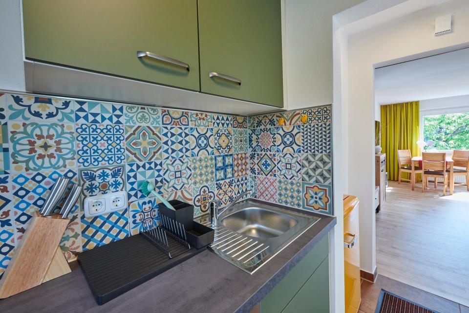 Von der Küche geht der Blick hinüber ins Wohnzimmer - hell und freundlich ist alle gestaltet.