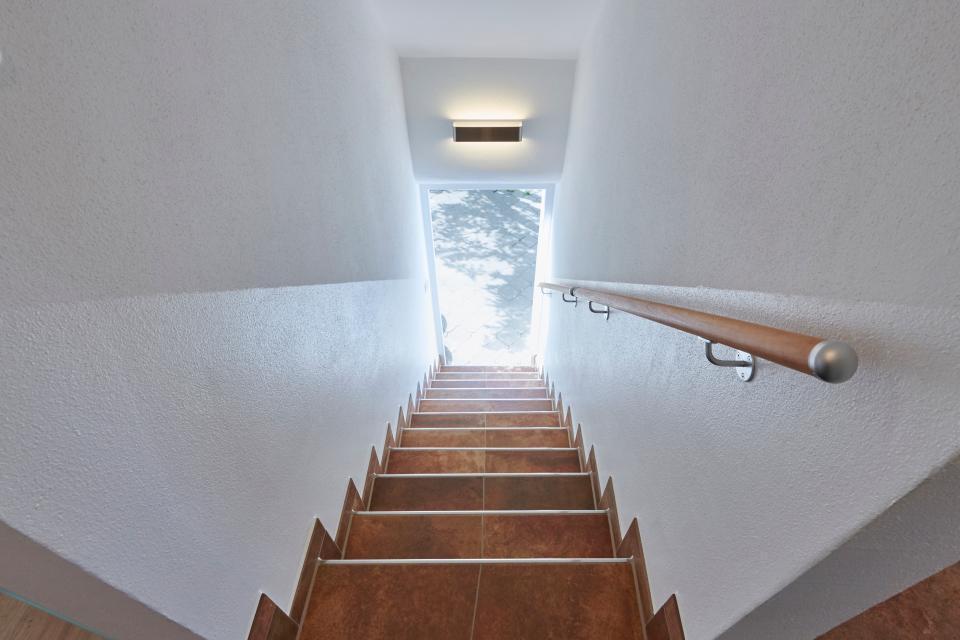Unsere Treppe hinauf/hinab, ein Kunstwerk der Fliesentechnik.