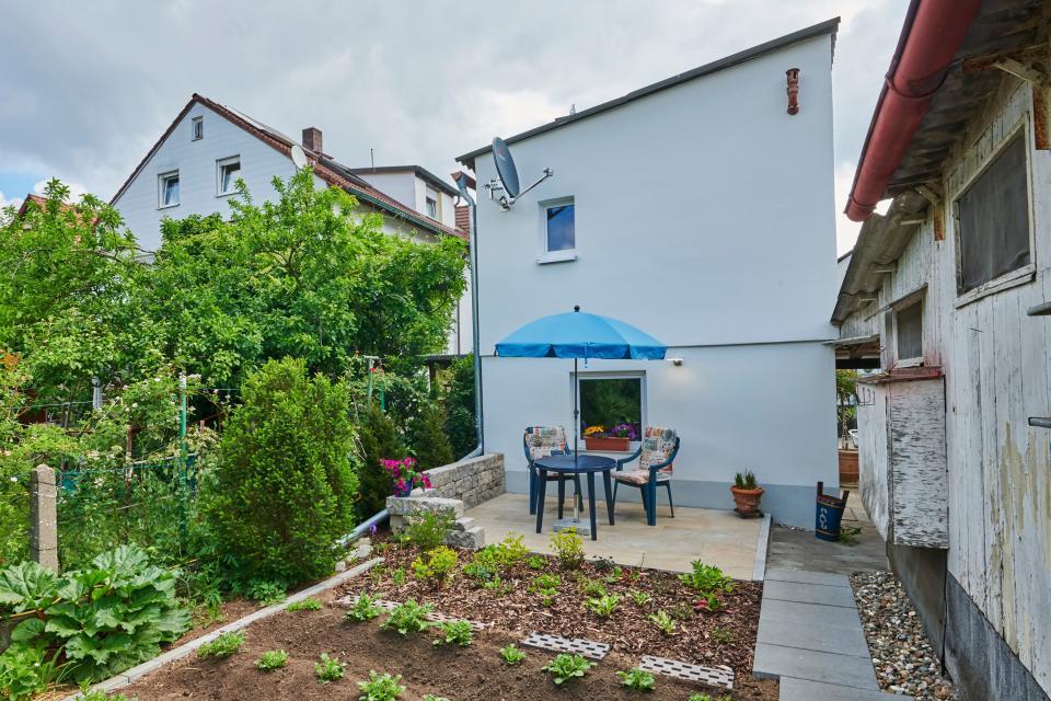 Die Westseite des Hauses mit Sonnenterrasse und Nutzgarten. Die Kartoffeln sind schon recht groß.