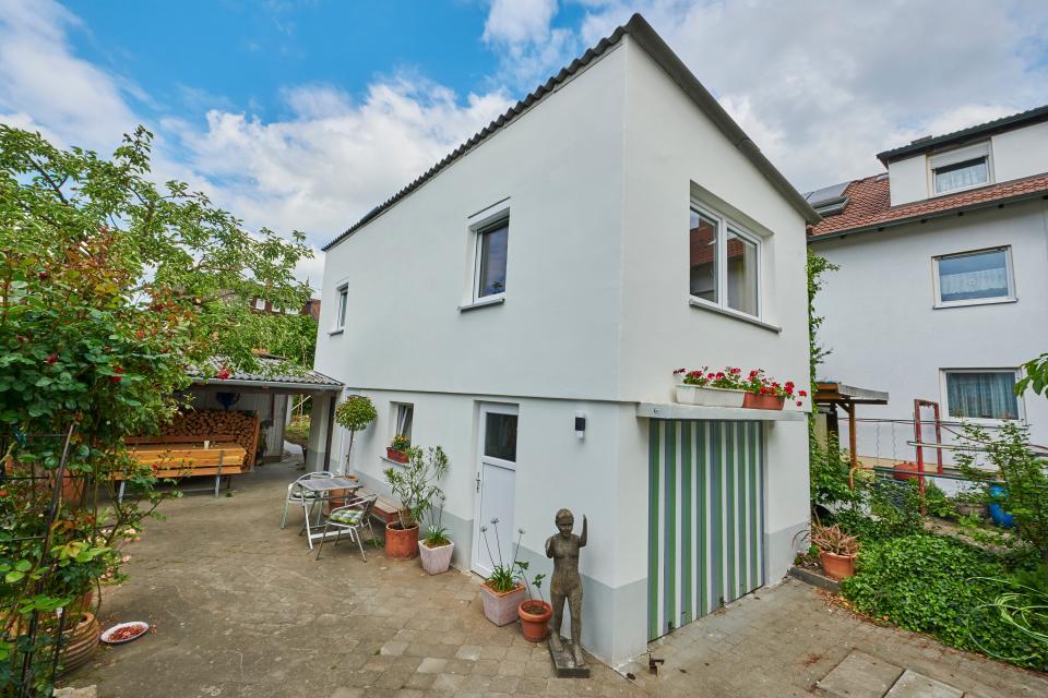 Das kleine Haus mit Ferienwohnung im Obergeschoss, 20 m entfernt von der ruhigen Wohnstrasse.