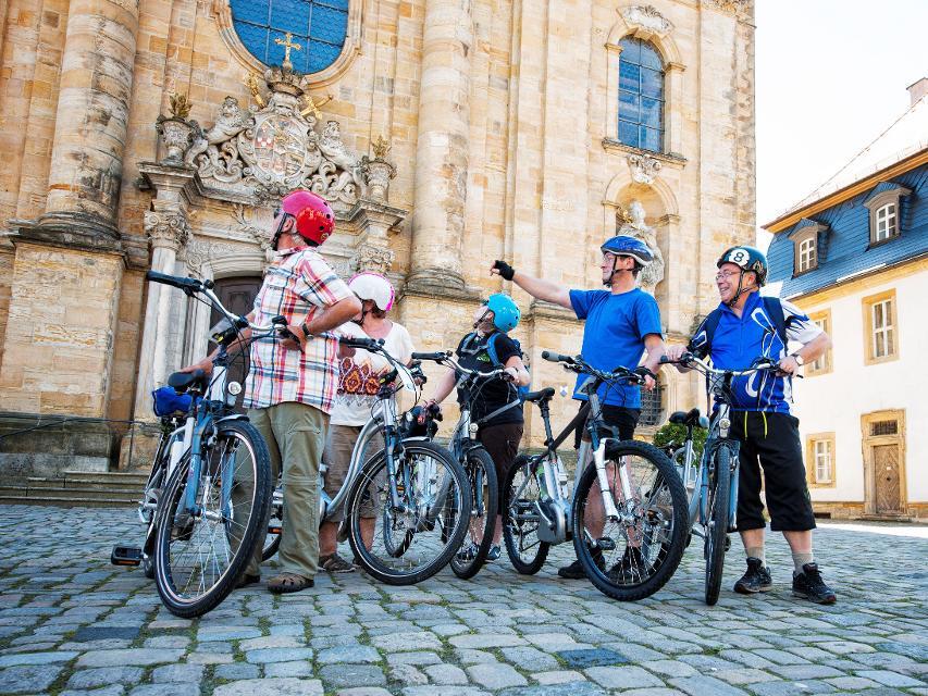 Radfahrer vor der Basilika Gößweinstein