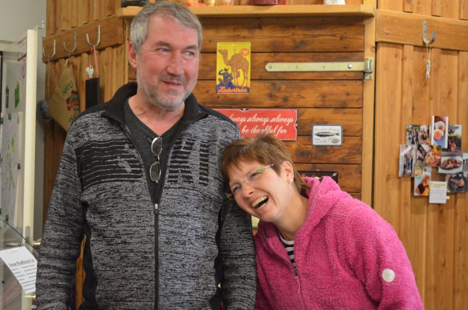 Haben gut lachen. Stefan Salzbrenner und Michaela Herbst in ihrem Hofladen
