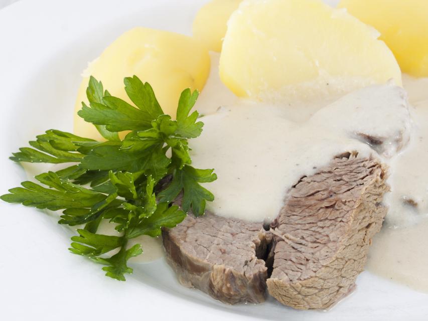 Meerrettichgemüse wird zu gekochter Ochsenbrust serviert