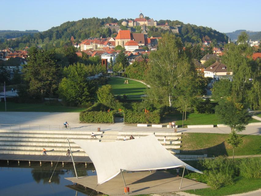 Seebühne im Landesgartenschaupark mit Blick auf die Kronacher Altstadt