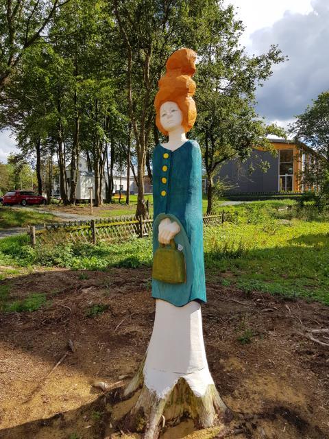 fröhliche TOURISTIN im KunstPark am Rennsteig