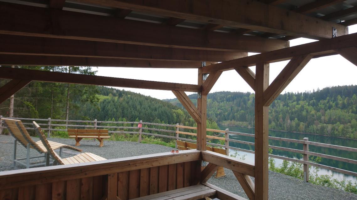 Schutzhütte mit Seeblick