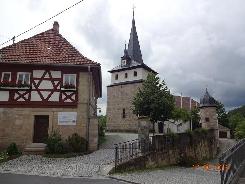an der Kirche in Friesen