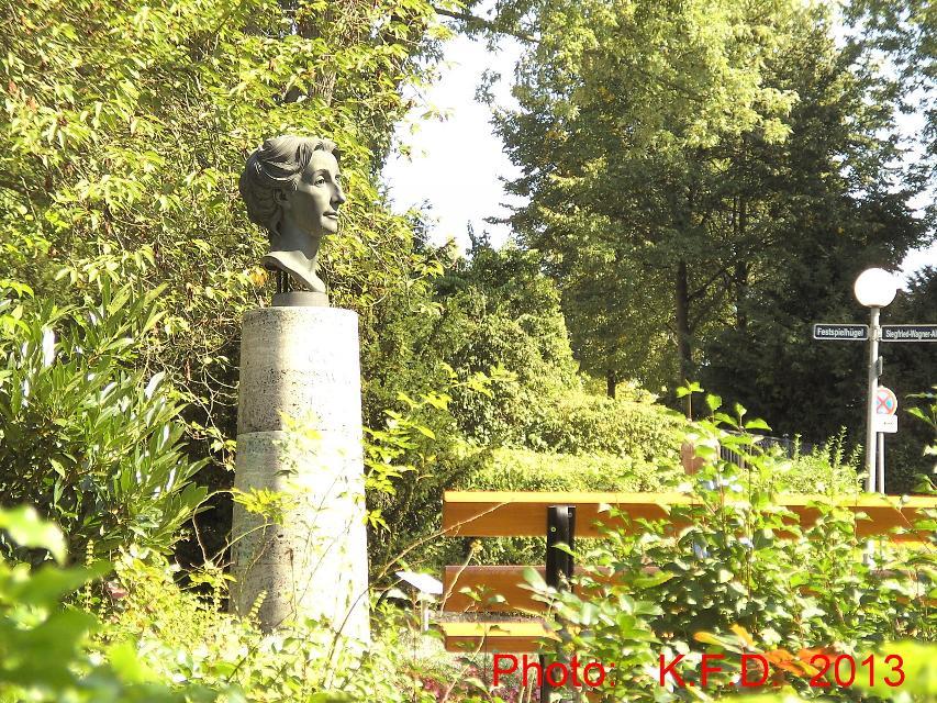 Cosima Wagner - Büste im Park