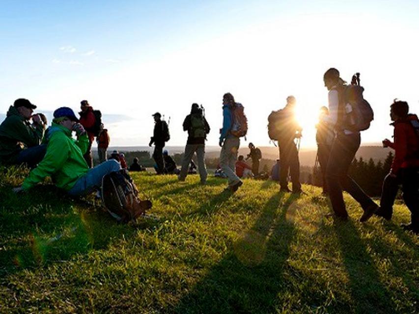 Wanderer im Sonnenuntergang am Langesbühl