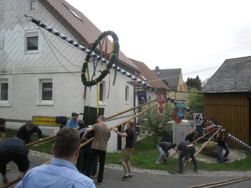 Zum Maibaumaufstellen nach Meierhof