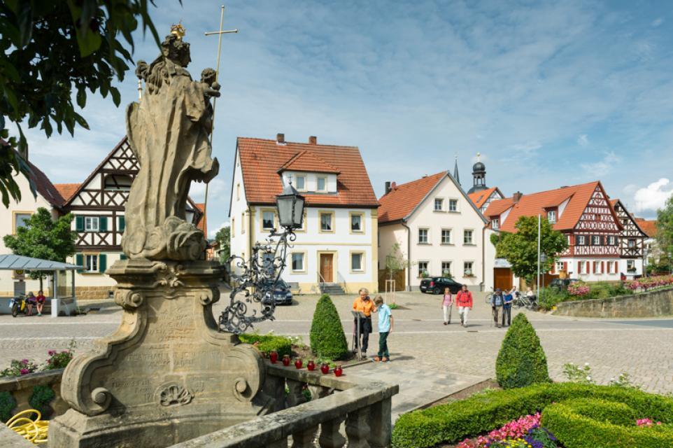 Marktplatz Rattelsdorf Marienstatue