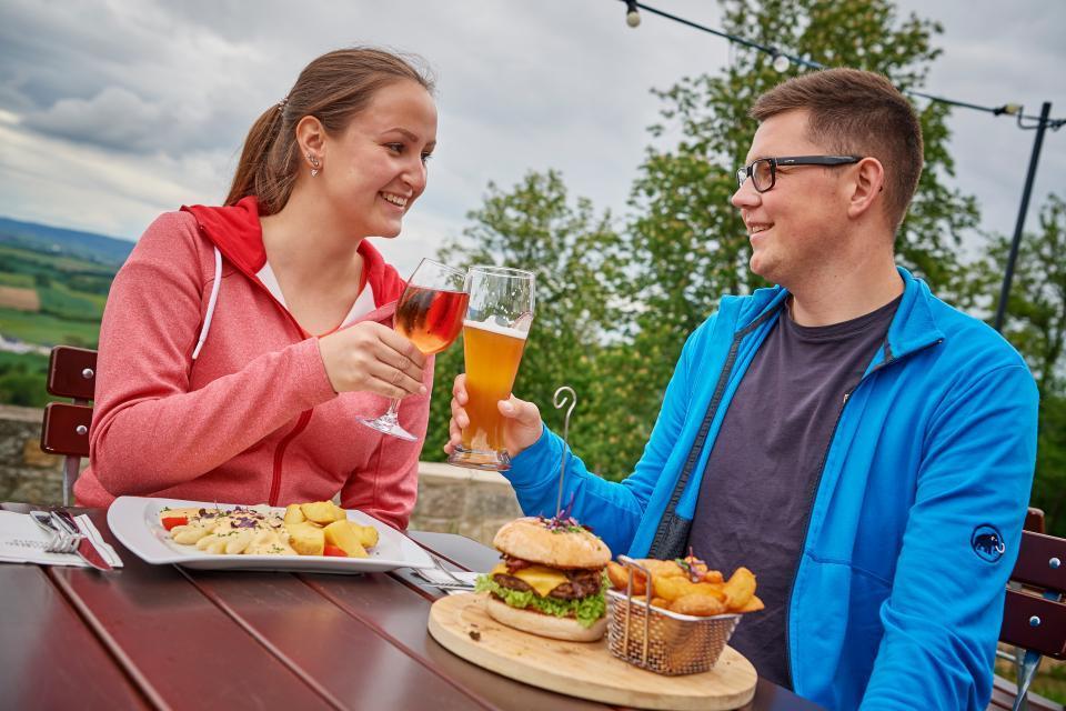 Leckereien mit Aussicht in der Schlossberg-Gaststätte