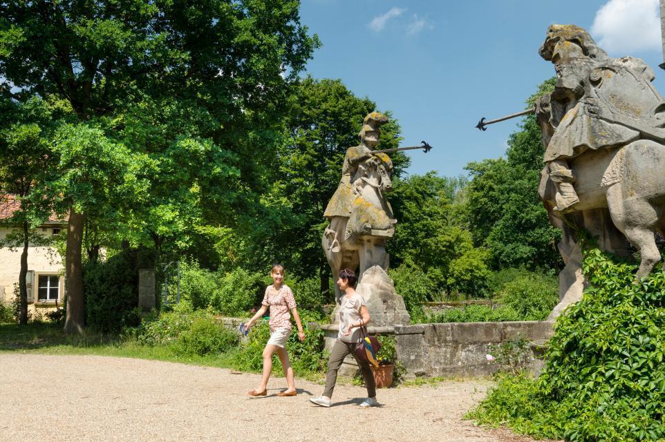 Skulpturen am Schloss Friesenhausen