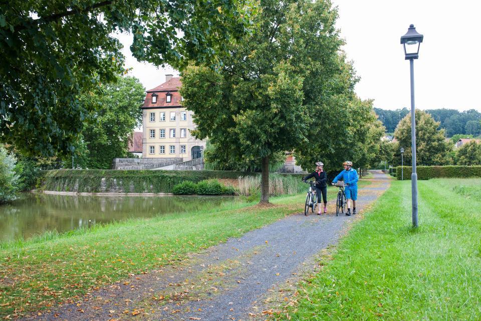 Schlosspark mit See