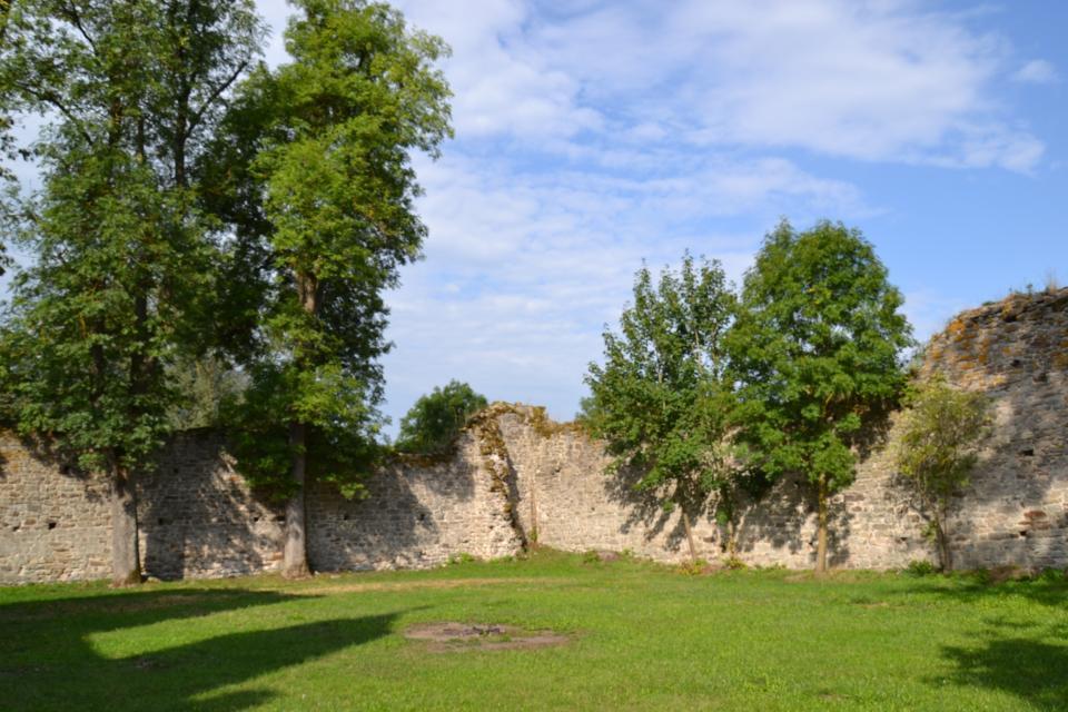 Innenhof Ruine Dippach
