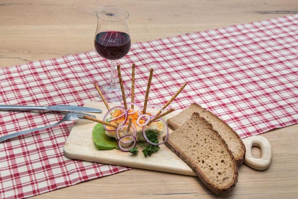 Zünftige Brotzeit zu hauseigenem Wein
