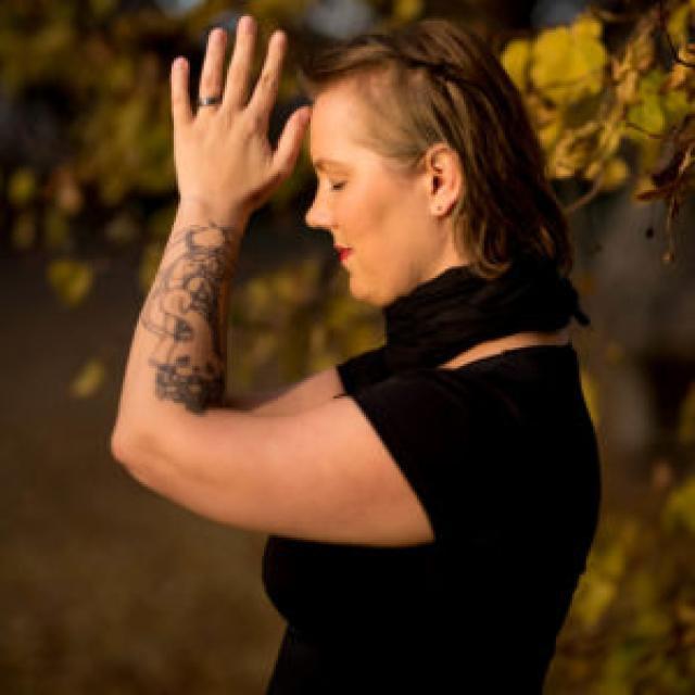 Yoga für Senioren im Wald mit Christine Raab