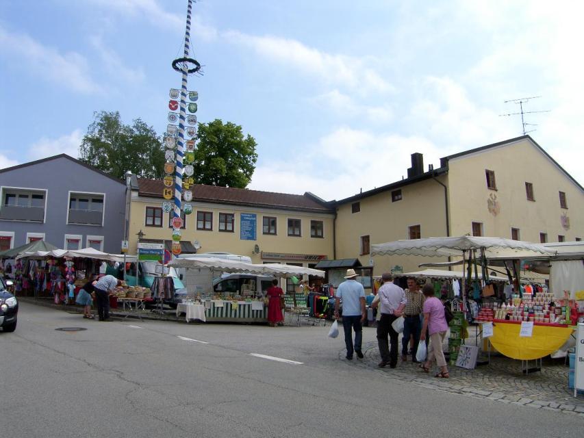 Bunter Prangermarkt in Schwarzach