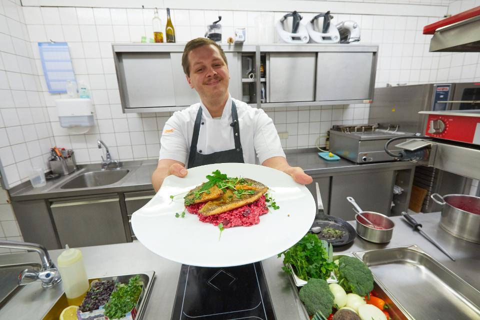 Küchenchef Michael Bauer mit Saiblingsfilet auf Rote Bete Risotto