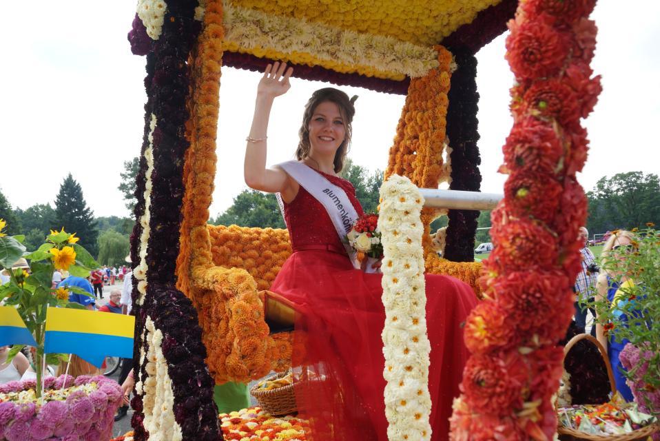 Blumenkönigin auf ihrem Blütenthron beim Festumzug