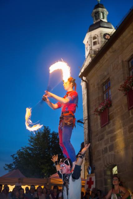 Feuerkünstler vor dem Kulturrathaus der Stadt