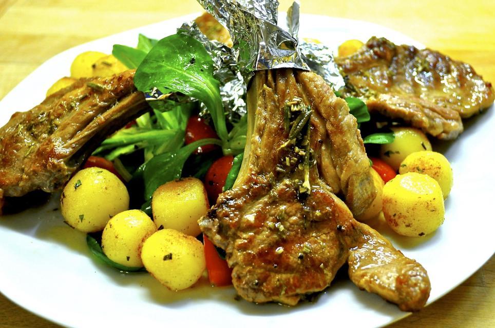 Koteletts vom Odenwälder Weidelamm mit Prinzessbohnen unter einer Schafskäse-Kräuter-Kruste