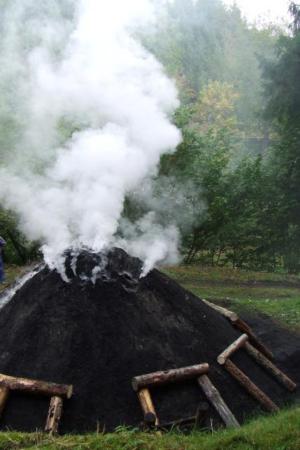 Entfachen des Kohlenmeilers in der Thiemitz