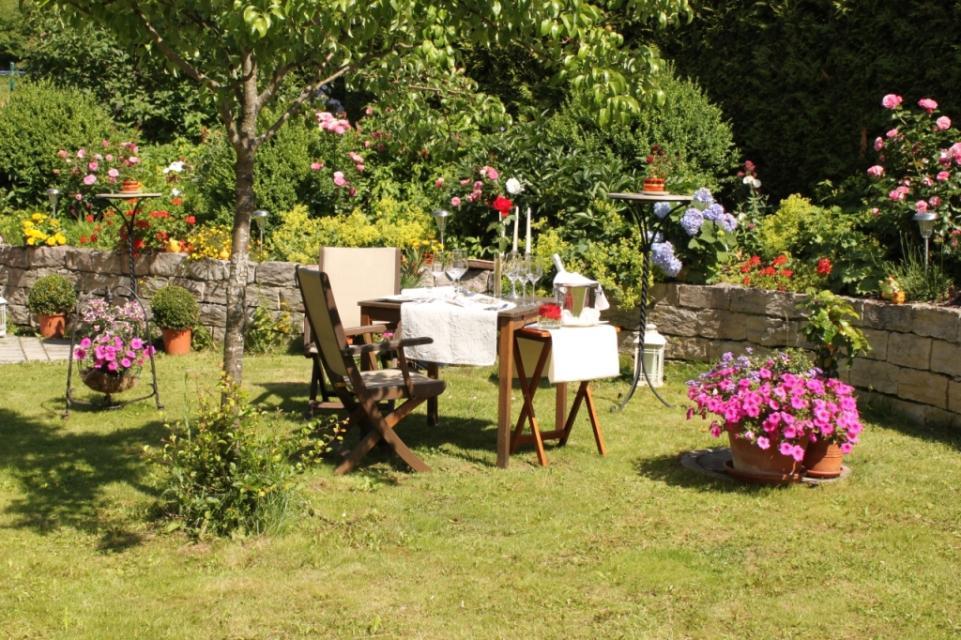Sitzecke im Garten - © Chalet am Kiental
