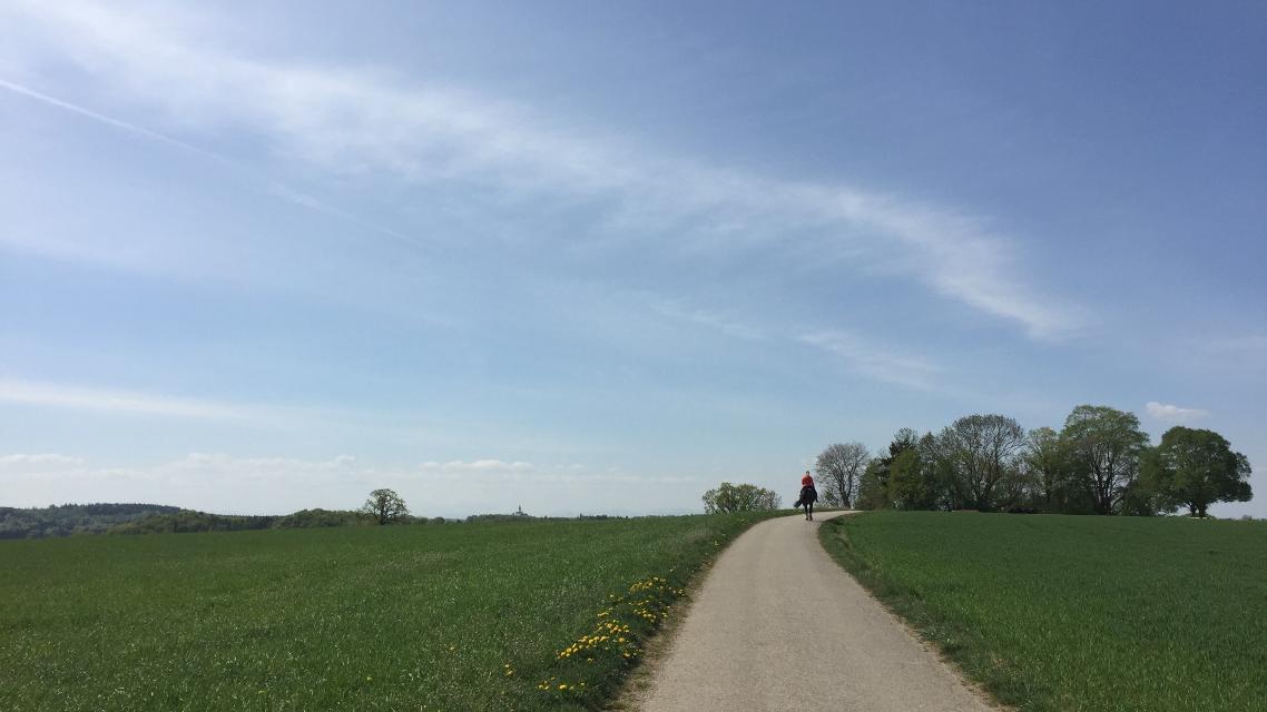 Reiter auf dem Weg Richtung Herrsching mit Andechs im Blick