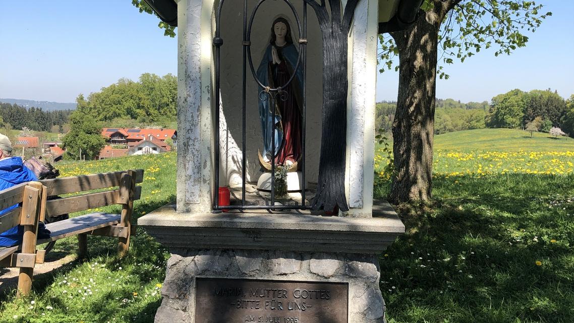 Bank vor der Kirche von Holzhausen