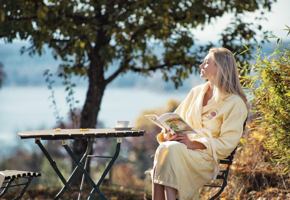 Nach einer Behandlung im Vitalzentrum des Schlossguts genießen Gäste die erholsame Ruhe