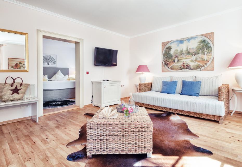 Die modern eingerichteten Junior-Suiten des Schlossguts bieten ein separates Wohnzimmer und Seeblick