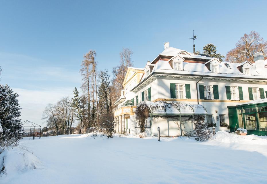 Entspannt und mitten in der Natur rutschen Gäste im Schlossgut Oberambach nahe München/Oberbayern ins neue Jahr
