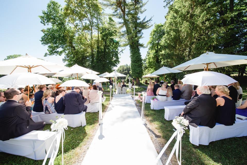 Im romantischen Garten des Schlossgut Oberambach ist eine Trauung unter freiem Himmel möglich