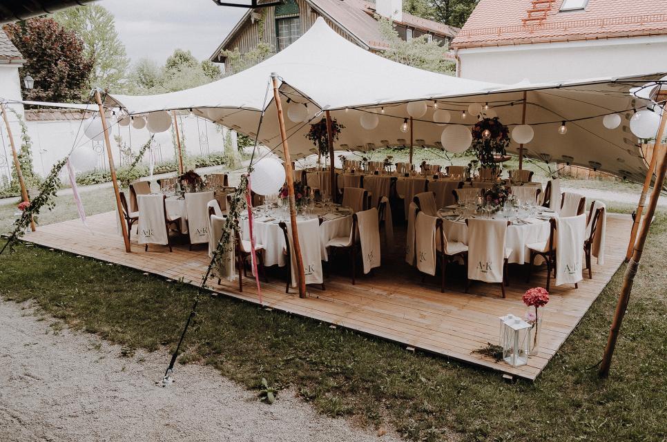 Dank eines Zeltes können Hochzeiten im Schlossgut Oberambach komplett unter freiem Himmel gefeiert werden