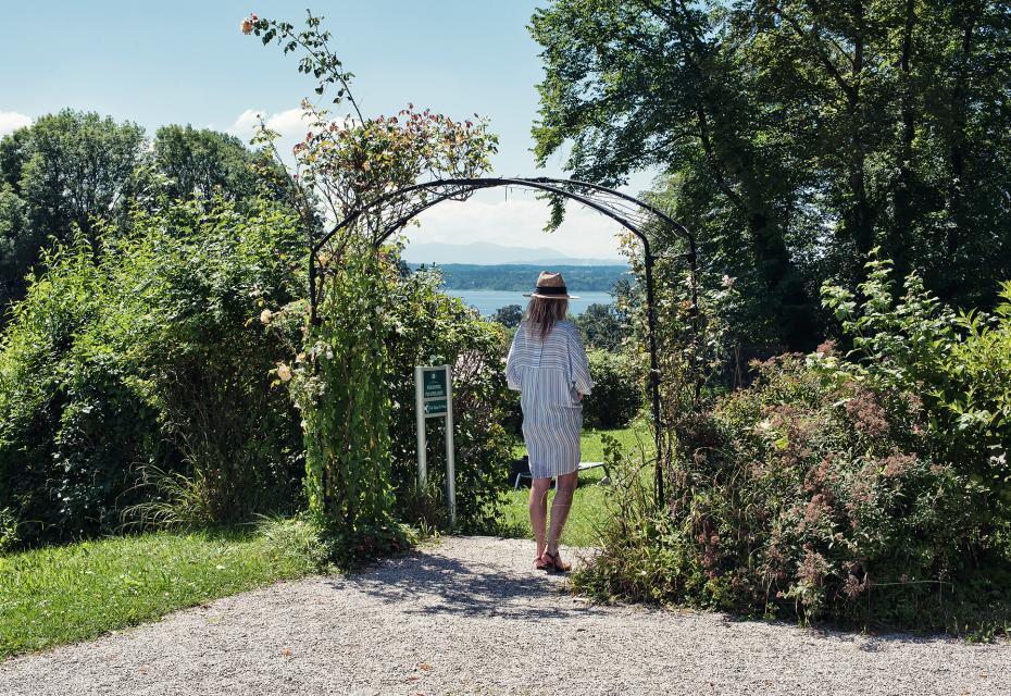 Vom parkähnlichen Garten des Schlossguts bieten sich weite Ausblicke ins Voralpenland und auf den Starnberger See
