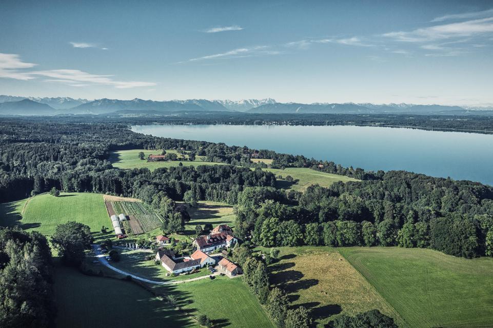 Das Schlossgut Oberambach oberhalb des Starnberger Sees ist von 52 ha Wald und Wiesen umgeben